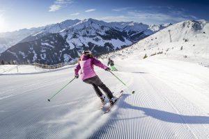 Skifahrerin im Skigebiet Fügen/Spieljoch