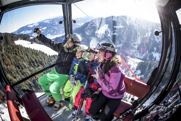 Familie im Lift im Skigebiet Fügen / Spieljoch